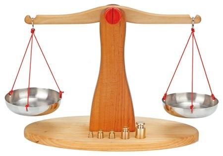 NIC Waage, Erlenholz, mit 5 Messinggewichten Spielzeug